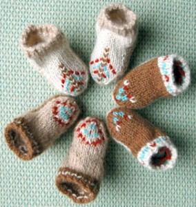 http://www.knitnscribble.com/2011/04/crochet-and-knit-stay-on-baby-booties.html#.U4qnyyiiXh7
